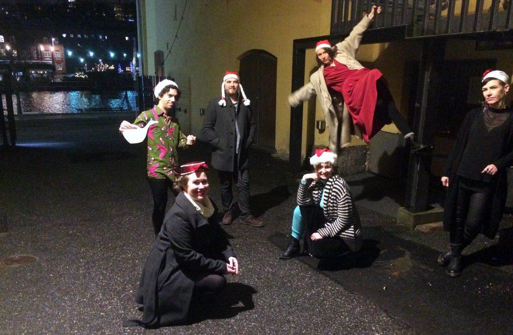 Joulutervehdyksen ryhmäkuva Grus Grus Teatterin ydintyöryhmästä